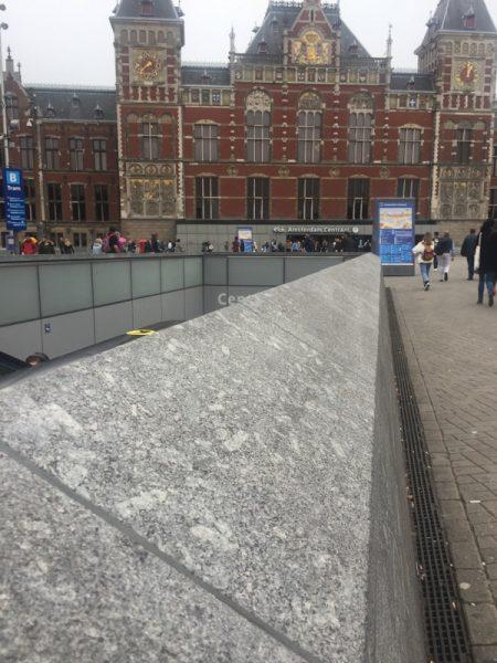 Oude stenen in CS en nieuwe voor de metro/ingang – een stollingsgesteente met megakristallen